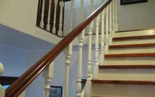 Крепление опорного столба лестницы к полу