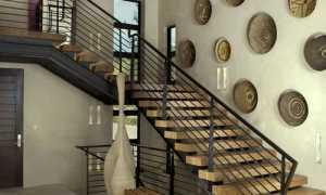 Декор стены возле лестницы