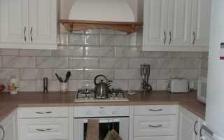 Варианты раскладки плитки на фартуке в кухне